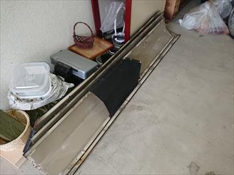 庭に落ちてしまっていた棟板金を拾っていたとの事で見てみるとガレージに置いてありました
