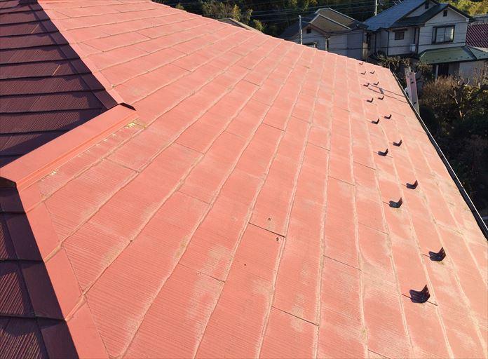 中郡二宮町百合が丘で調査したスレート屋根は、1階の屋根と2階の屋根で塗膜の劣化具合が違いました