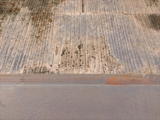 茅ヶ崎市本村で築22年の化粧スレート屋根を調査、板金の錆や塗膜の剥がれが判明