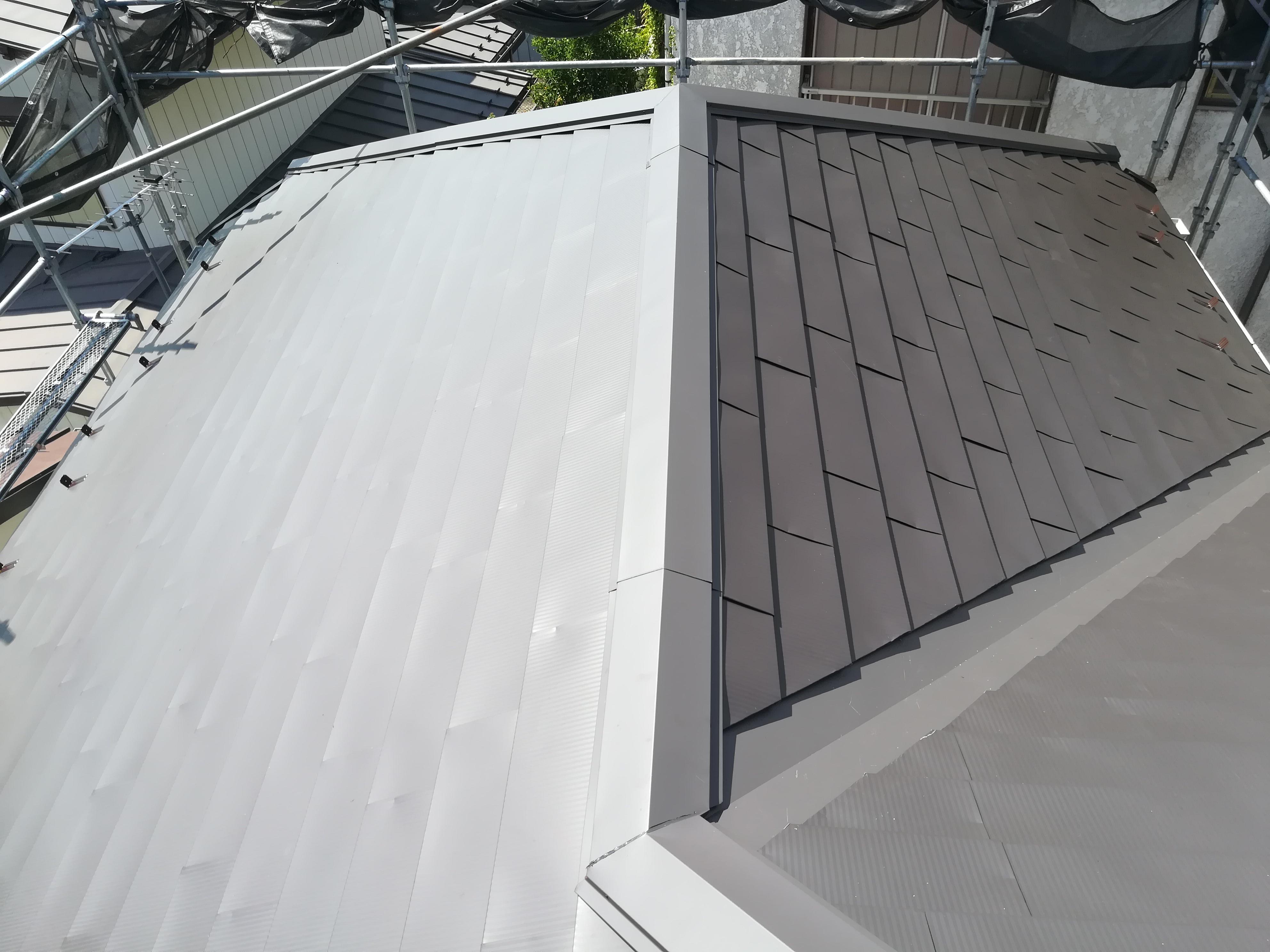 横浜市保土ケ谷区上菅田町にてスレート屋根にガルバリウム鋼板「OZルーフ182」で屋根カバー工事
