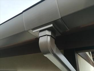 横浜市神奈川区菅田町にて破損したアルミ製の雨樋をファインスケアへ交換