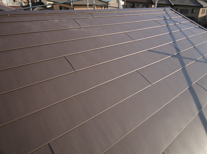 伊勢原市高森にて棟板金飛散をきっかけにスレートから金属への屋根カバー工法を実施