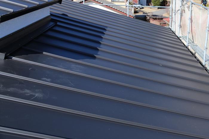 厚木市上荻野でスレートからアールロックを使った金属屋根へ屋根葺き替え工事