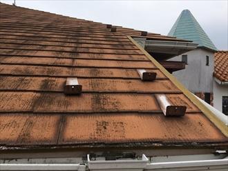 三浦郡葉山町長柄でスレート屋根の傷み具合を調査、表面の変色はメンテナンスの目安です
