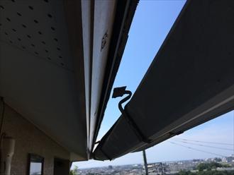 座間市広野台で雨樋が破損、落下しそうな状態なら早めに調査のご相談を