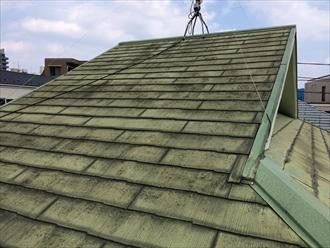 以前塗装したスレート屋根が黒ずんでいる