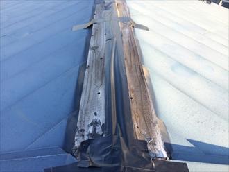 棟板金が飛ばされ貫板が露出した状態