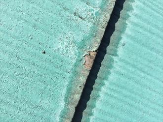 スレート屋根端部の染みから塗膜の剥がれ