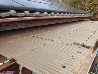 愛甲郡愛川町角田 波板屋根が経年劣化で変色している
