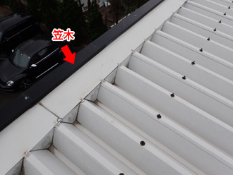 平塚市大神で工場屋根の笠木より雨漏りのため板金設置工事を実施