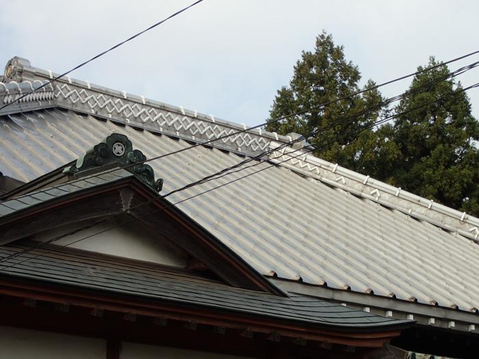 伊勢原市高森にて長尺屋根が台風で雨漏りしたためリベットのビス留めビス補強で対応
