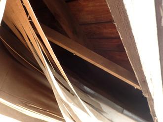 愛甲郡清川村煤ヶ谷 剥がれた軒天には小動物が巣を作ることがあります