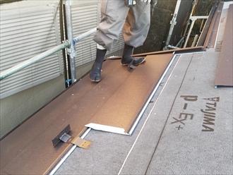 軒先やケラバの役物を設置終えたら軒から葺いていきます
