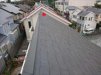 めくれてしまって固定されていない片流れ屋根の棟板金