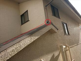 こちらも本来屋根の上に直接竪樋の水を流すことはないので這樋が設置されている箇所ですが、見当たりません