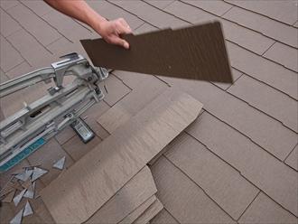 職人さんも機械ではないため、細かいところでミスが出る事があります。その時は新しいスレートをカットし直したりしながら屋根を棟まで葺いていきます