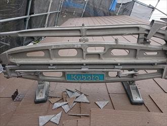 屋根材も加工しないと一文字葺きができません 専用工具を使います