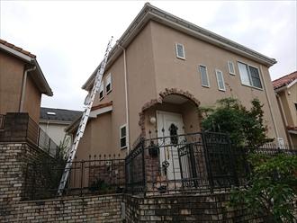 梯子をかけるスペースが限られていたために、フェンス越しに梯子を移動させて屋根に上がります。
