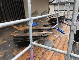 スレートは軽量屋根材に分類されますが、それでも一枚約3㎏です。それなりの重さがあるので一苦労です