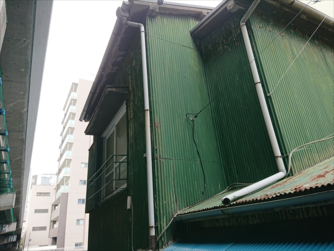 カラートタン波板が使われている築30年以上経過した賃貸物件
