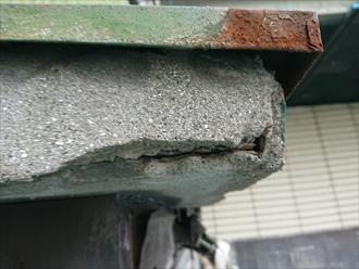 庇のまわりの錆や土台のひび割れ