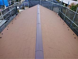 落ち着いたグラスブラウンで葺かれた屋根