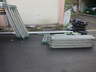 職人が移動するためのステージや屋根材や工具が万が一落下したときの為にも養生のメッシュシートも準備します