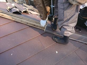 貫板をビスで固定後に板金を被せてビスで固定し、屋根工事完了