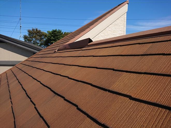屋根に上がると急こう配なのと築10年経過しているなりの傷みが屋根にあり、あまりふんばりがききません