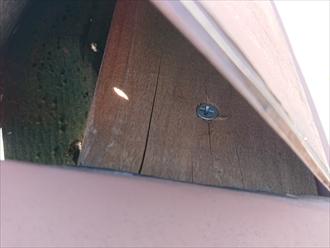 貫板は木材ですので雨水を吸うと腐食してしまい割れたりしてしまいます