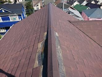 調査に伺いお客様の要望でその場でアンテナを撤去し、屋根を調査。棟板金は残っていますがスレート屋根が一部飛散してしまいました