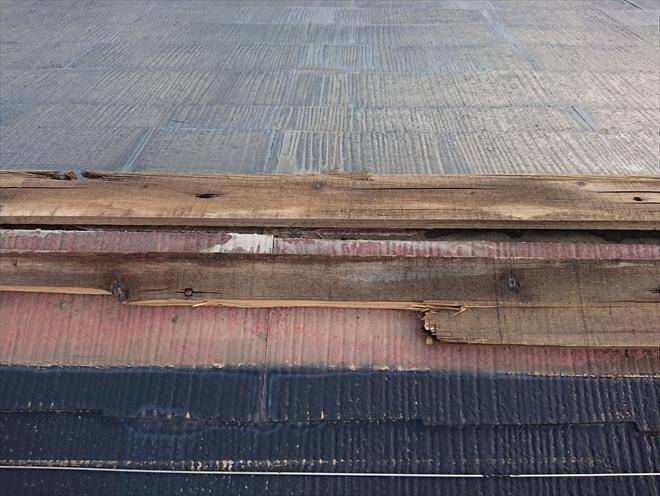 厚木市愛名で棟板金が飛散したスレート屋根を調査、貫板(ぬきいた)が腐食している場合は棟板金交換を行いましょう
