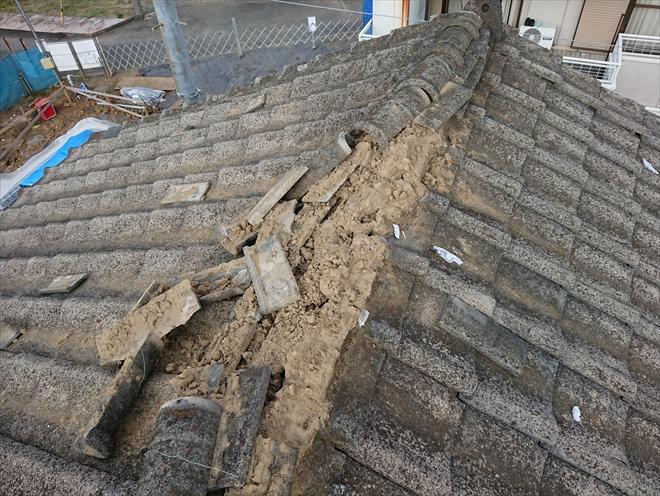 大棟が倒壊している様子、漆喰や棟のメンテナンスをしていないとこうなってしまいます
