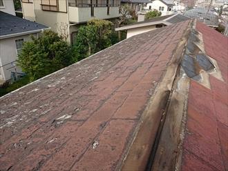 松田町寄にて強風被害により棟板金が飛散した為にスレート屋根調査、屋根材自体の劣化により屋根葺き替え工事が必要です