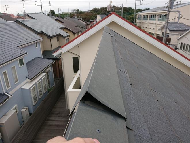片流れ棟板金が一部破風板に固定できておらず、めくれてしまっています。このまま放置しますと二次被害が発生してしまう恐れがあります