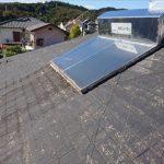 スレート屋根の上には今は使っていない温水器用パネルがのっていました