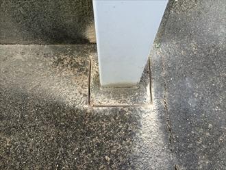 竪樋交換のためにコンクリートを削る