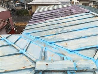 横浜市鶴見区下末吉にて瓦棒葺き屋根の雨漏り調査の様子