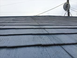 艶を失って寿命をむかえたスレート屋根の塗膜