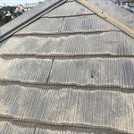 日の当たらない屋根面で見ると塗膜の劣化が分かりやすい