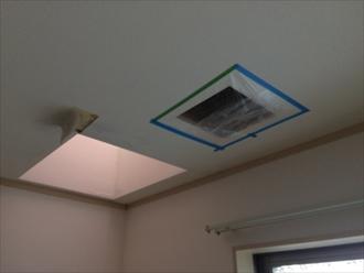 雨漏り調査のために天井を開口