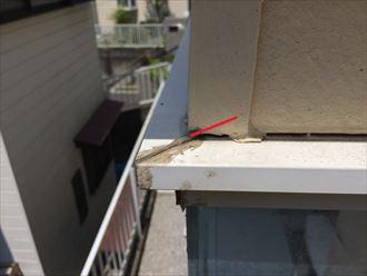 壁の内側に入った部分にはコーキングが打たれておらず隙間が出来ている