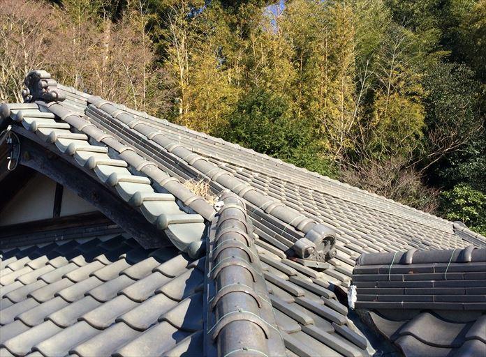 瓦屋根の隙間に落ち葉や枯れ葉が詰まると雨漏り繋がる危険性