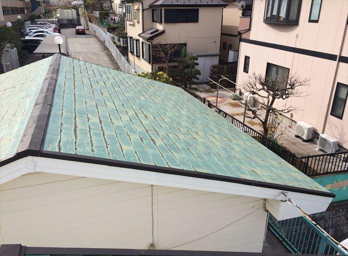アパートの屋根は放置され康