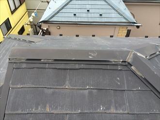棟板金を固定している釘頭にコーキングを行って隙間を埋めている