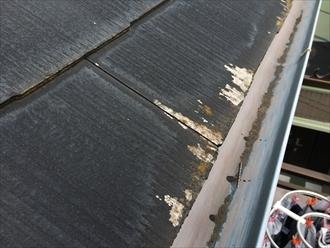 軒先のスレートに塗られた塗膜が著しく剥がれている