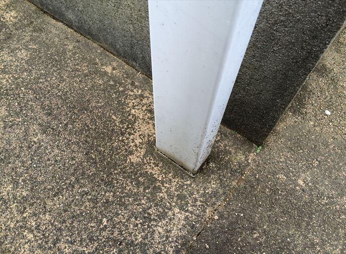 コンクリートに埋まっている竪樋