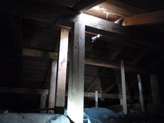 小屋裏に屋根からの光が差し込んでいる様子