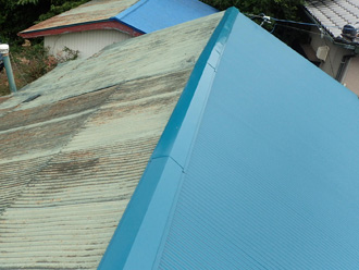 足柄上郡中井町比奈窪 波板屋根が傷んでいる