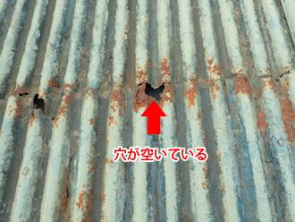 足柄上郡中井町比奈窪 腐食で穴が空いた波板屋根